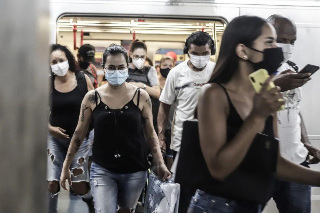 2021年3月22日,人们戴口罩走出巴西圣保罗一辆地铁列车。新华社发(拉赫尔·帕特拉索摄)
