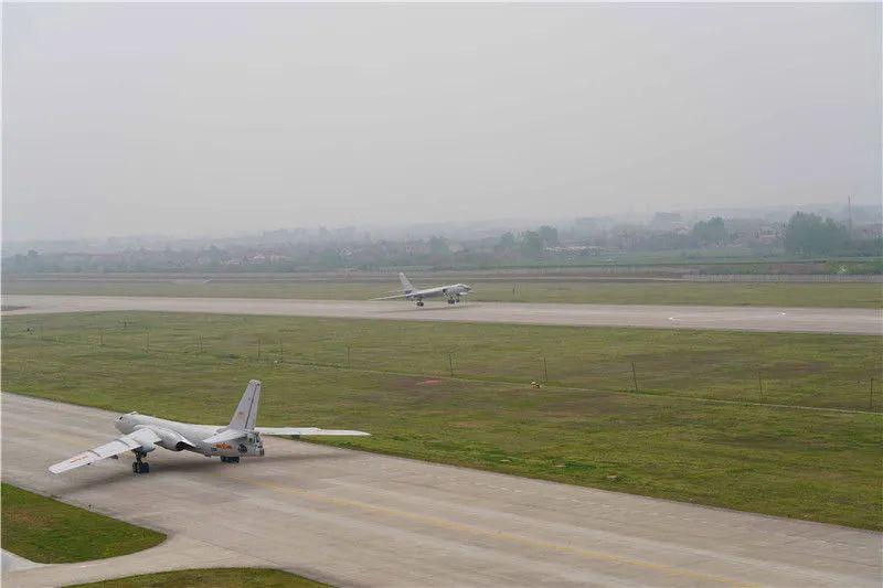 东部战区轰6编队展开实弹长航突击 飞行持续9小时