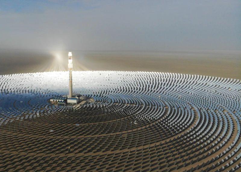 """△我国加快发展新能源和可再生能源,能源消费结构不断优化,能源绿色低碳转型深入推进,清洁能源消费比重持续提高,可再生能源装机快速增长。图为被称为""""超级镜子发电站""""的首航高科敦煌100兆瓦熔盐塔式光热电站在戈壁滩上闪耀。"""