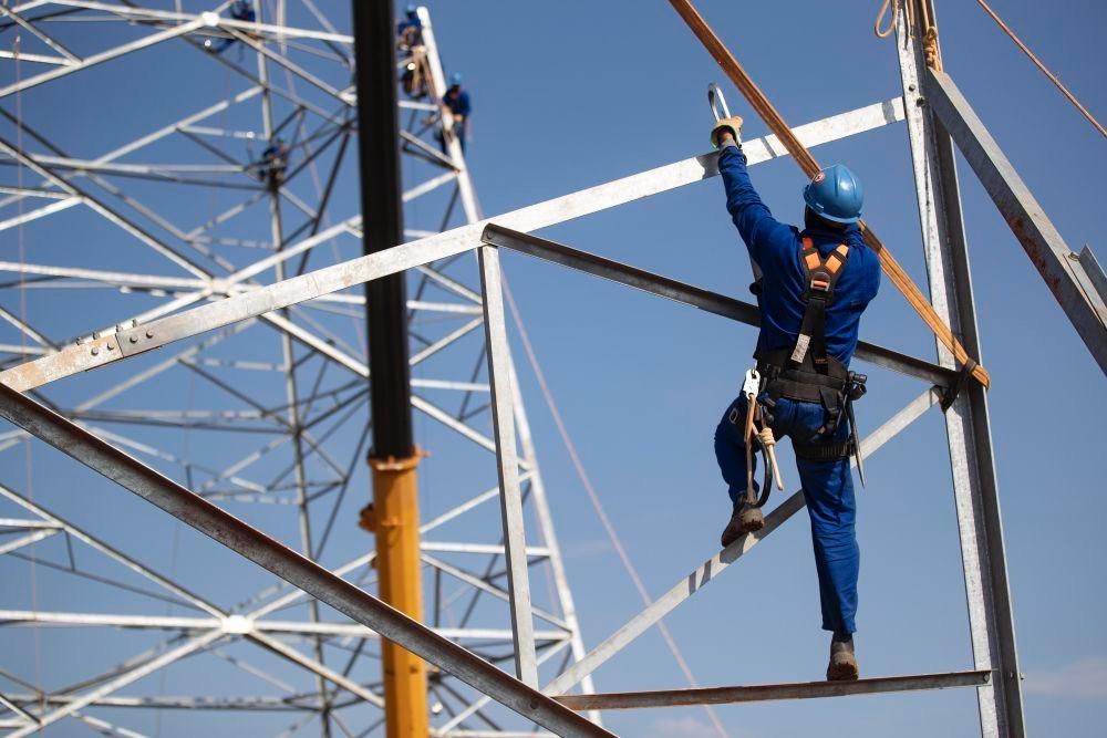 △2018年8月7日,在巴西东南部阿科斯市附近,工人在巴西美丽山特高压输电工程二期项目现场施工。该项目由中国国家电网公司投资、建设和运营,能带动巴西当地能源、电工装备、原材料等上下游产业的发展,满足当地2200万人的用电需求,为当地创造超过4万个就业岗位。