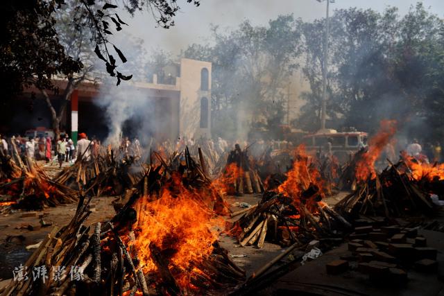 印度火葬场焚化新冠患者遗体澎湃影像