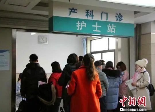 资料图:图为孕妇在产科门诊前排队等待检查。 赵晓 摄