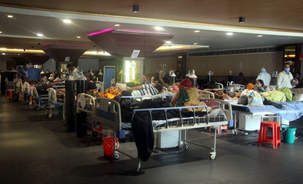 4月28日,新冠患者在印度新德里的一所医院就诊。(新华社)