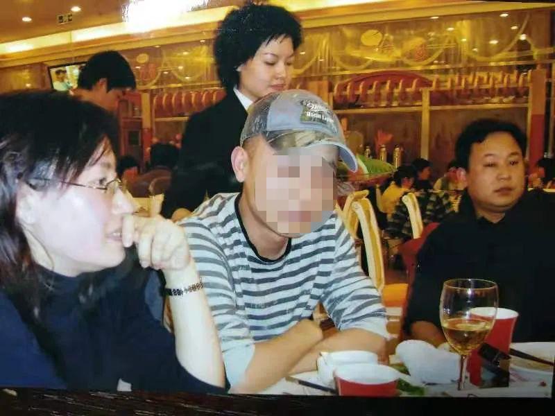 汤伶和王东(右)