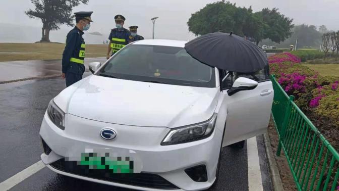 △厦门交通执法人员对涉案车辆进行检查