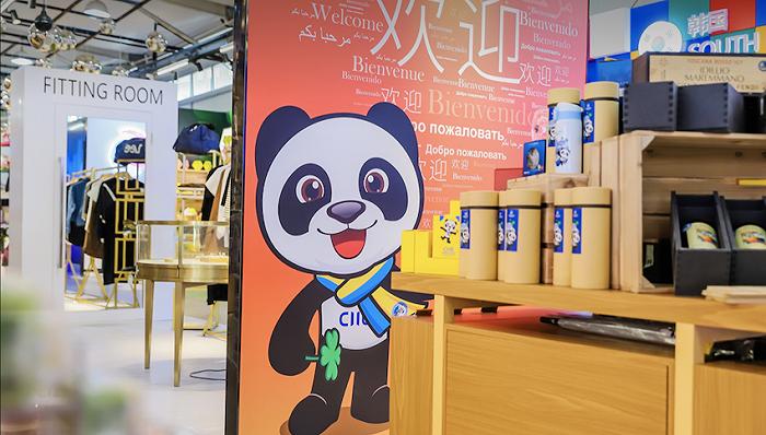 全国首个进博主题消费新业态在上海南京路开业,汇聚近40国万款进口商品