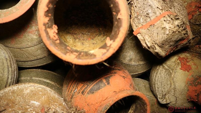 西安汉墓发现罕见用麻袋储藏的粮食及苇席等多种有机物