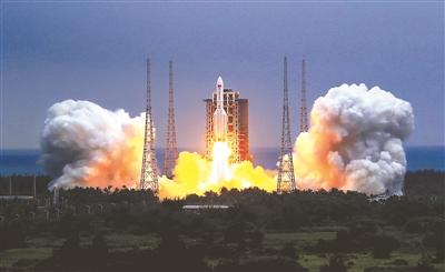 ▲4月29日,搭载着中国空间站天和核心舱的长征五号B遥二运载火箭,在我国文昌航天发射场点火升空 供图/新华社