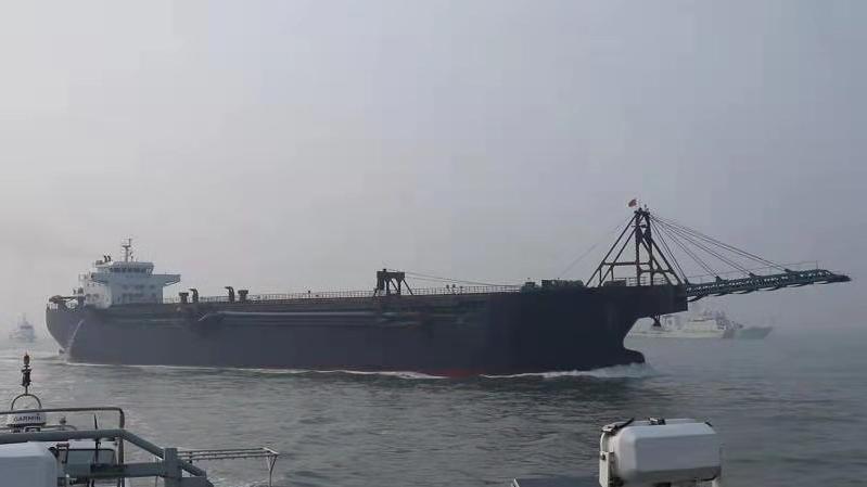 △海警执法员查扣的非法采砂船