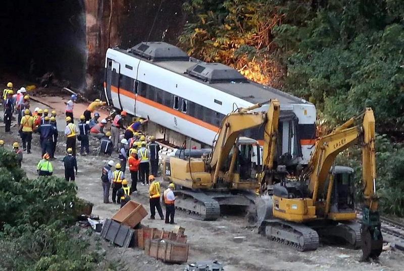 △事故列车第四节车厢被顺利拉出