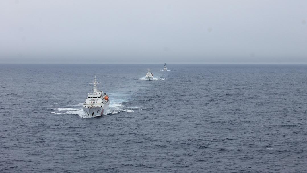 △海警舰艇在辖区海域巡逻