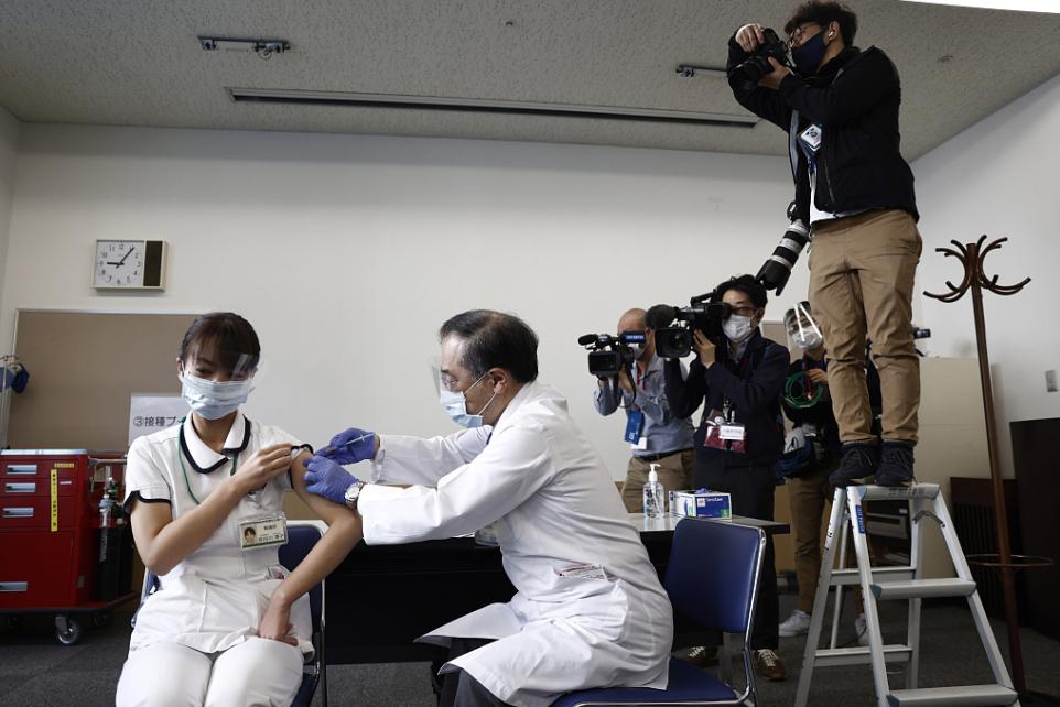 医务人员在日本东京医疗中心接种新冠疫苗(资料图)