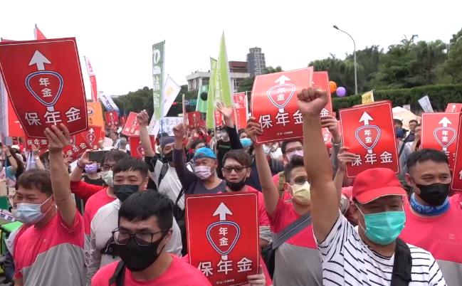 台湾3000人劳动节上街抗议 百工百业怒呛蔡当局