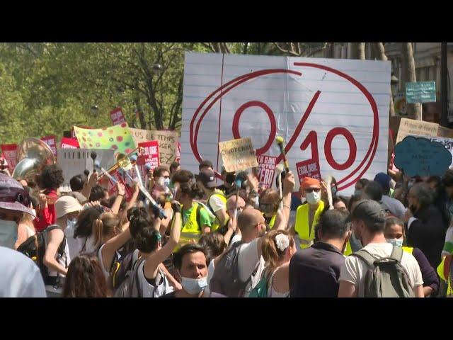 外媒:数万法国民众示威游行,要求政府积极应对气候变化问题