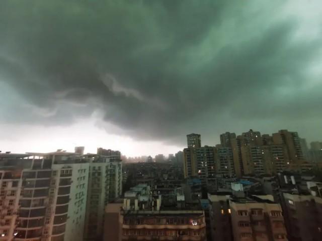 武汉暴雨白昼如夜:一秒天黑、楼梯变