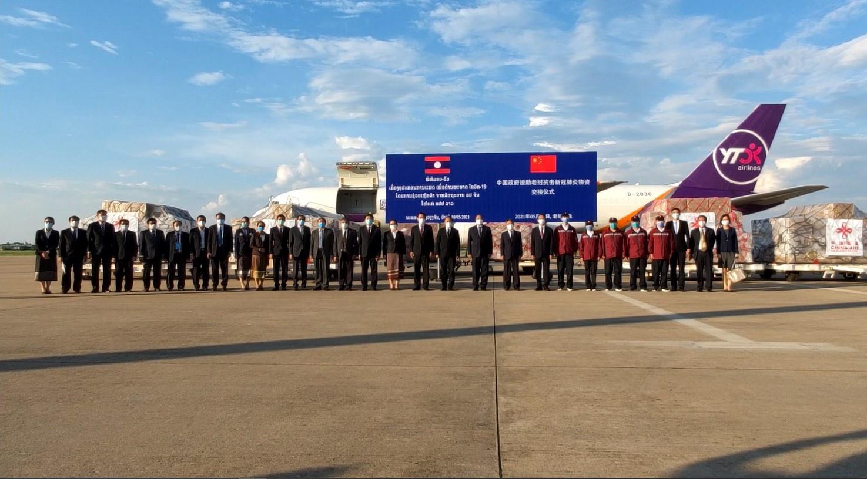 中国新一批援助老挝抗疫物资运抵万象