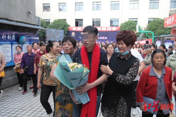 母亲为儿子准备的红围巾