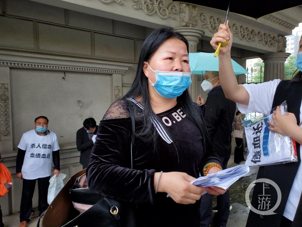 ▲5月19日上午,江西南昌,被害人易微的母亲张女士希望法院严惩凶手。摄影/上游新闻记者 肖鹏