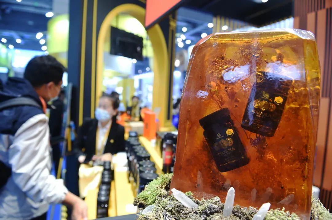 2020年11月7日,参观者在上海进博会食品及农产品展区了解新西兰蜂蜜产品。新华社记者 赵丁喆 摄