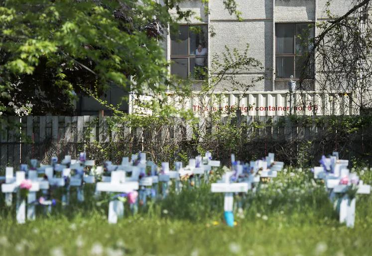 △一家长期护理机构外,为逝者树立十字架
