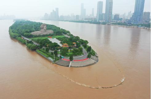 湘江水位上涨 长沙橘子洲景区紧急闭园