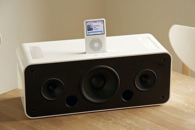 2006 年苹果推出的 iPod Hi-Fi 音箱,后来苹果推出的另一款主打音质的音箱产品 HomePod 也失败了|Apple