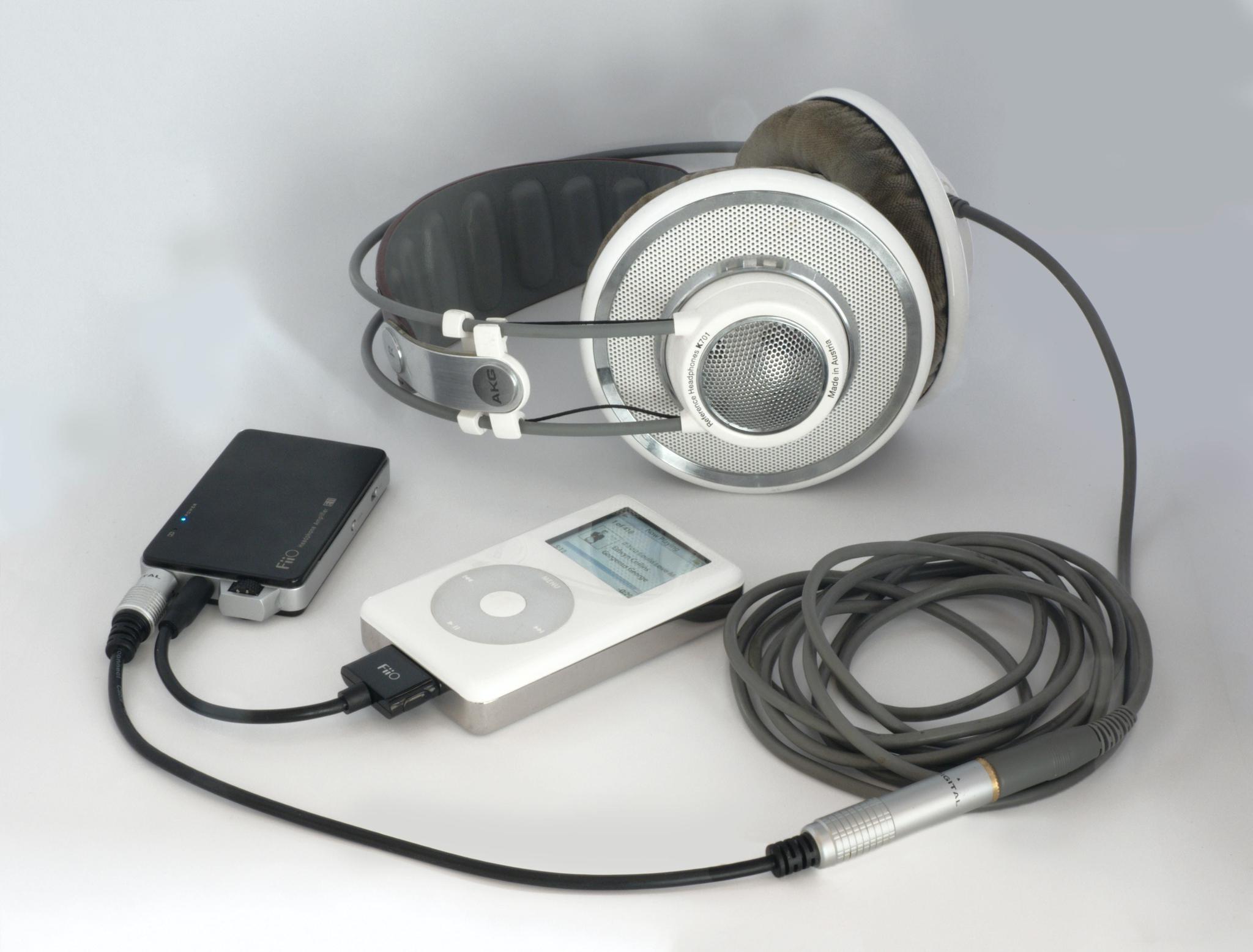 早期音乐发烧友会在 iPod 上外接一个音频放大器,驱动那些高阻抗的 Hi-Fi 耳机。|Unsplash