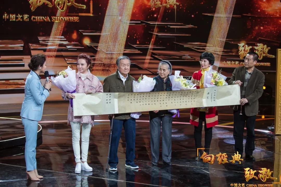 △电影《海霞》主创人员接受《向经典致敬》节目组的致敬