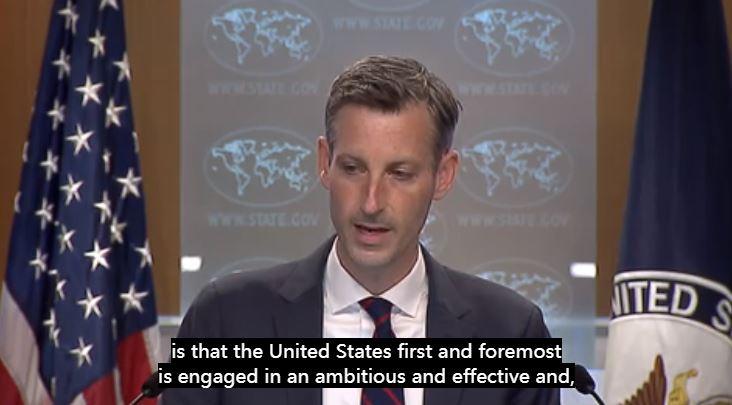 """△4月22日,普莱斯在记者会上说,""""美国首先要为美国民众接种疫苗""""。(美国国务院记者会视频截图)"""