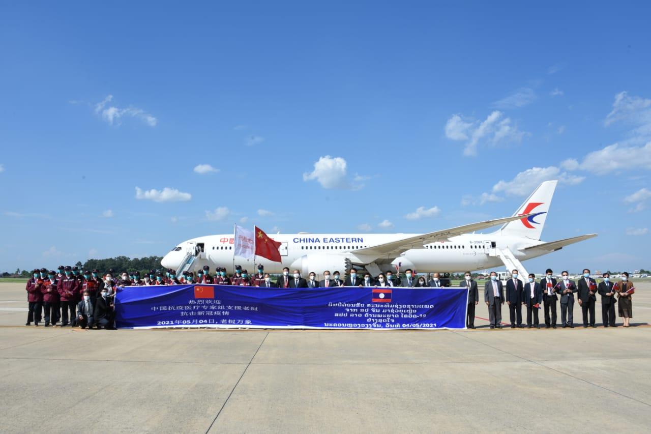 中国政府援助老挝抗疫医疗专家组抵达万象