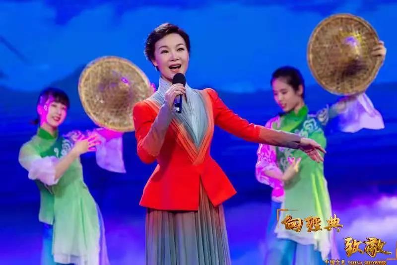 △吕薇现场演唱《渔家姑娘在海边》
