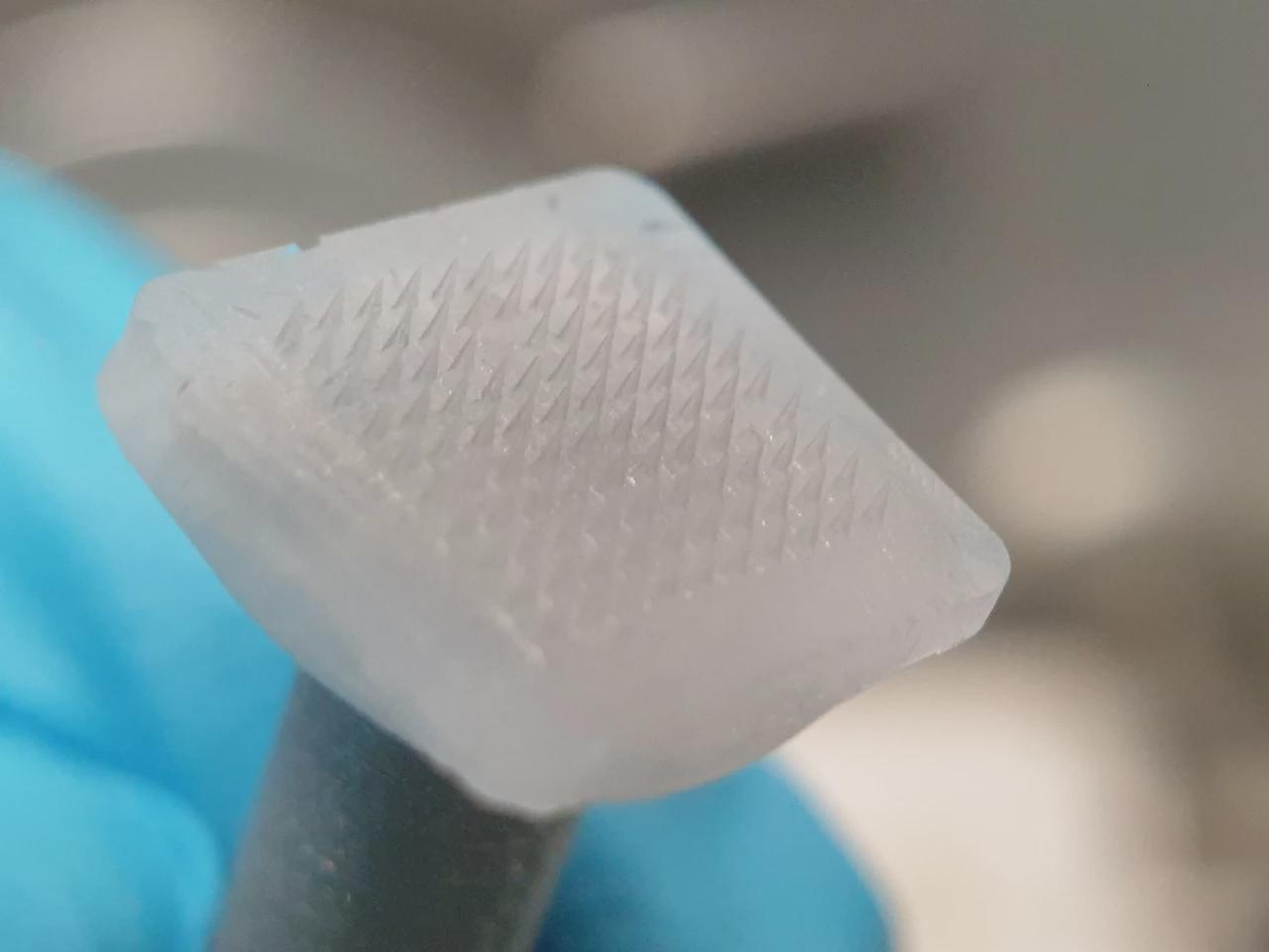 冰冻微针贴片可向皮下注入药物 然后自行融化消失