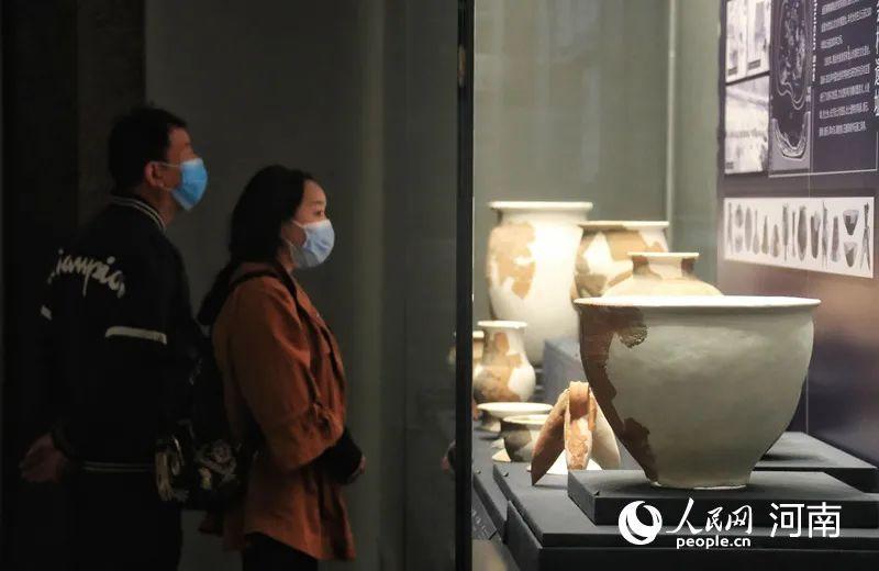 游客在河南洛阳二里头夏都遗址博物馆内参观。人民网霍亚平摄