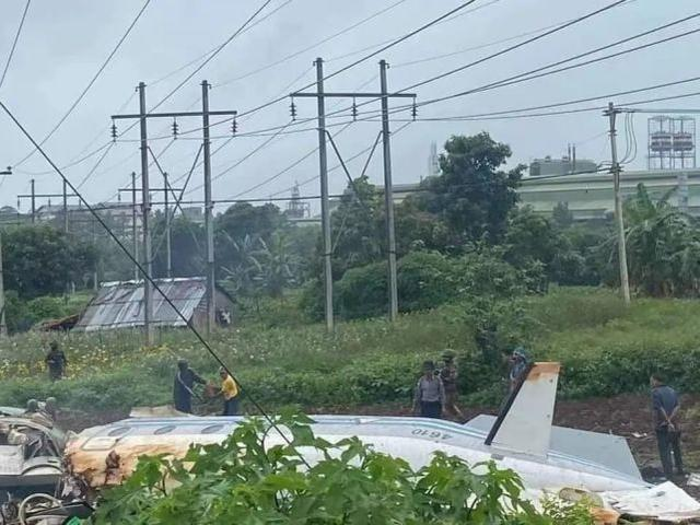 邻国一架军用飞机突然坠毁,已致机上13人死亡