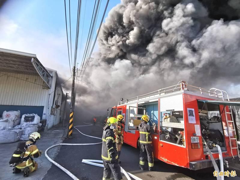 台媒:台南一铁皮屋仓库起火 浓烟滚滚传出疑似爆炸声