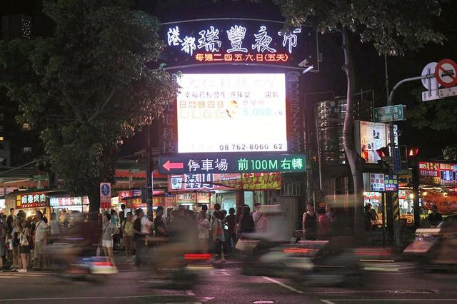 台湾高雄一夜市恢复营业,岛内网友惊呆:还在三级警戒呢