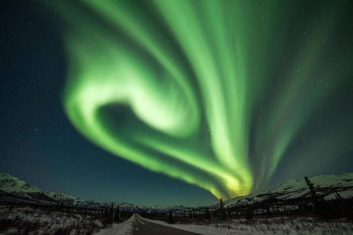 """科学家让粒子在Alfvén波上""""冲浪""""并解决了北极光一大谜团"""