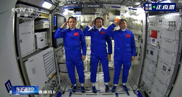 这个敬礼帅爆了!3名航天员在太空向全国人民敬礼
