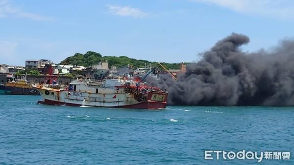 台媒:基隆渔港一渔船着火 传出爆炸声!