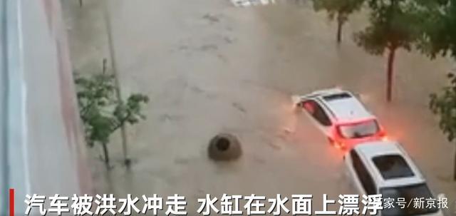 重庆石柱县遇强降雨店面被淹  水缸和汽车同在水上漂