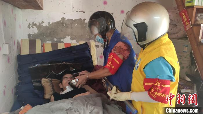 广州70岁党员志愿者郭红英的防疫故事:照料独居瘫痪长者