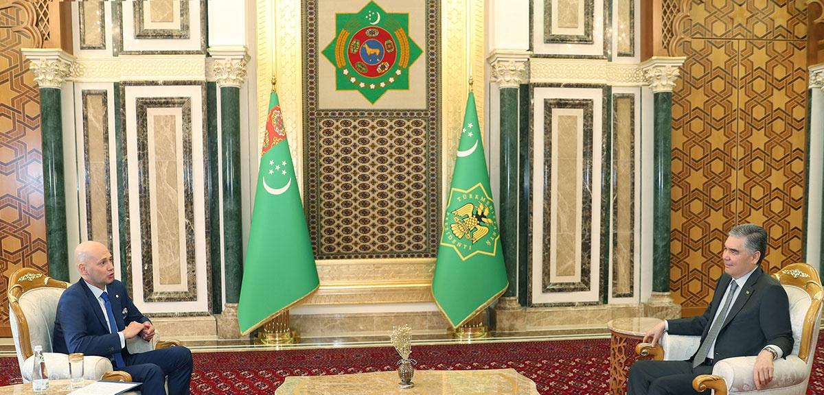 △别尔德穆哈梅多夫总统(右)接受采访 来源:土政府网站