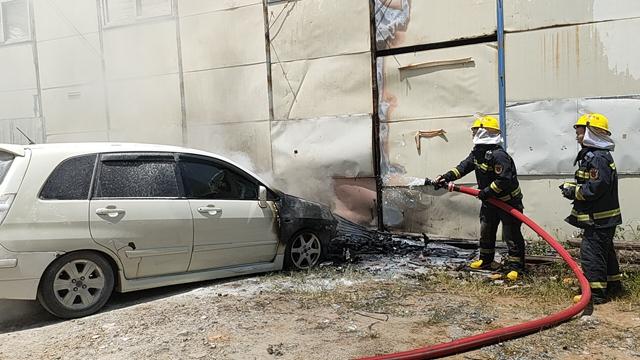 天气炎热小车自燃,消防紧急灭火