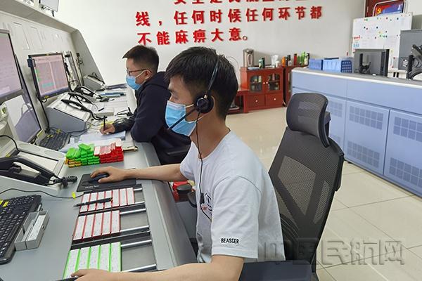 青海空管分局西宁进近管制员用话筒搭建生命桥梁