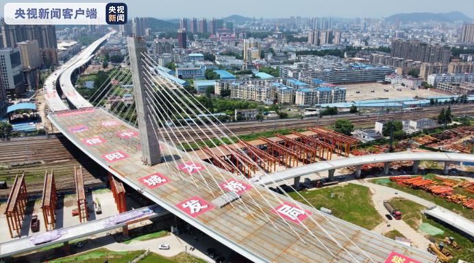 2万余吨桥梁旋转74度,信阳跨京广铁路斜拉桥成功转体