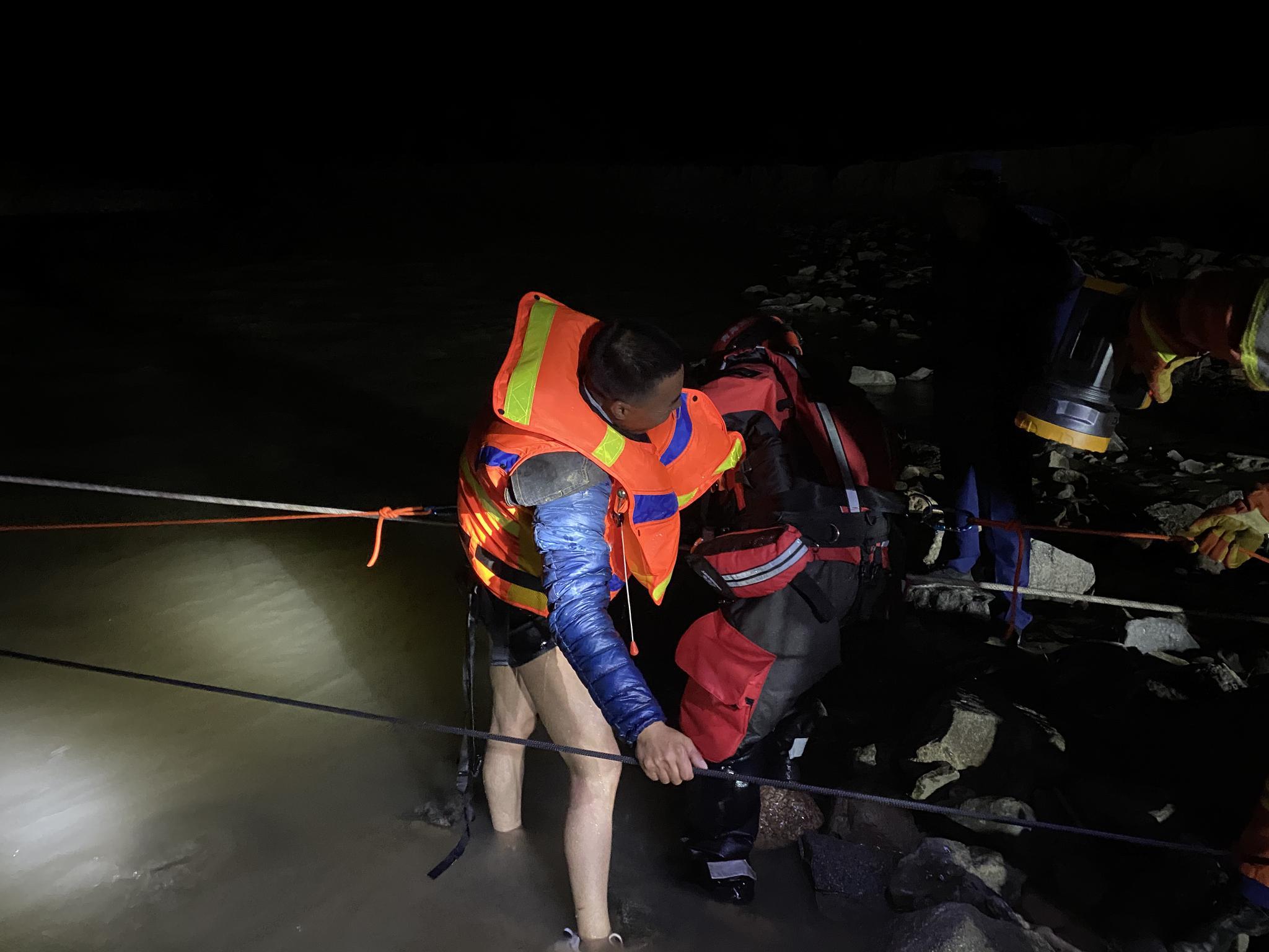 四名地质工作者在青海无人区执行任务被困,消防连夜救出