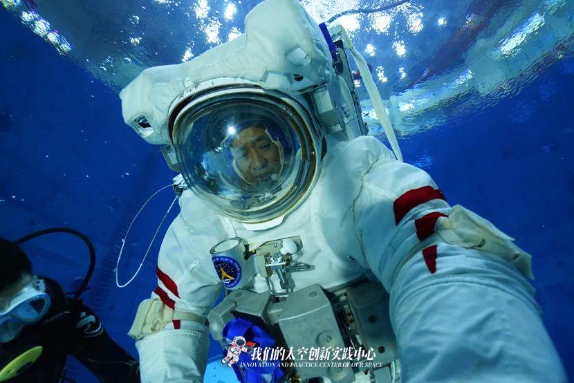 视频丨神舟十二号飞行乘组模拟失重环境水下训练