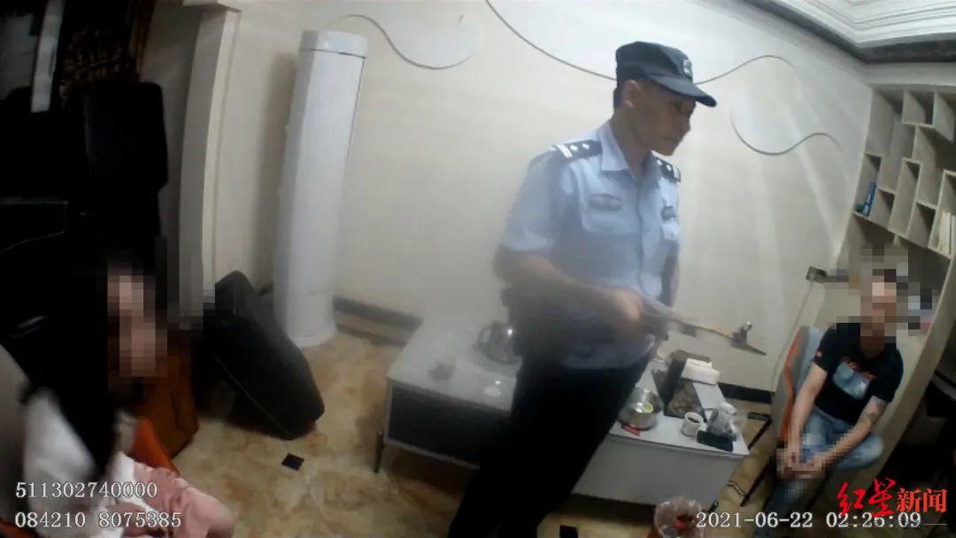 南充一女子欲从19楼跳下轻生 民警两次拉回,小腿磕伤:救人最重要