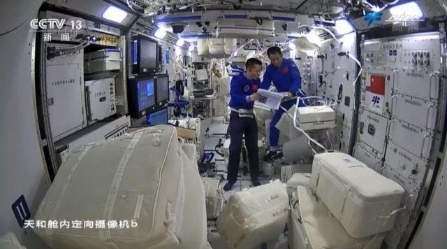 """拆包裹、装设备……失重环境下航天员这样""""装修""""空间站→"""