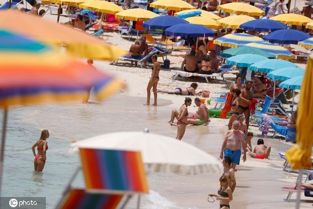 意大利兰佩杜萨海滩人山人海 民众晒日光浴度假